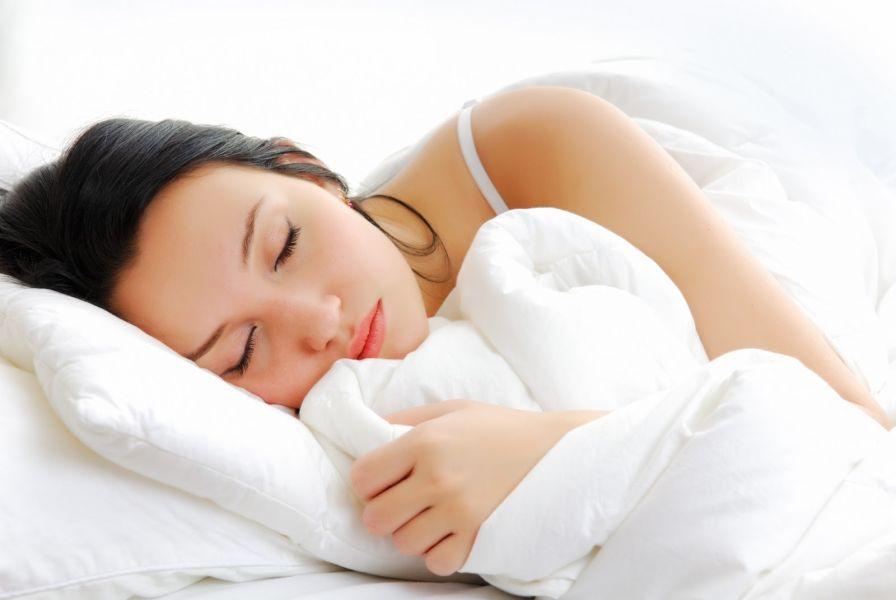 Quema grasas. Sí queridos, no estáis soñando. Dormir desnudos ayuda a quemar la grasa marrón, (aquella que protege al cuerpo contra el aumento de peso y ayuda a quemar el exceso de calorías al generar calor).
