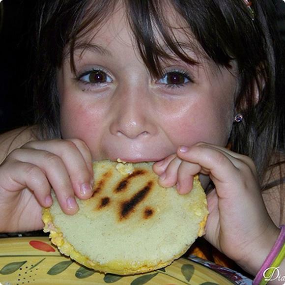 lonchera_comiendo_arepas