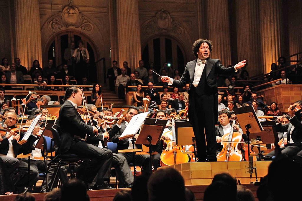 Gustavo-Dudamel-invita-al-público-a-cantar-el-Alma-Llanera-último-bis-ofrecido-durante-el-concierto-en-Sao-Paulo.-Foto-FunaMusical-Bolívar