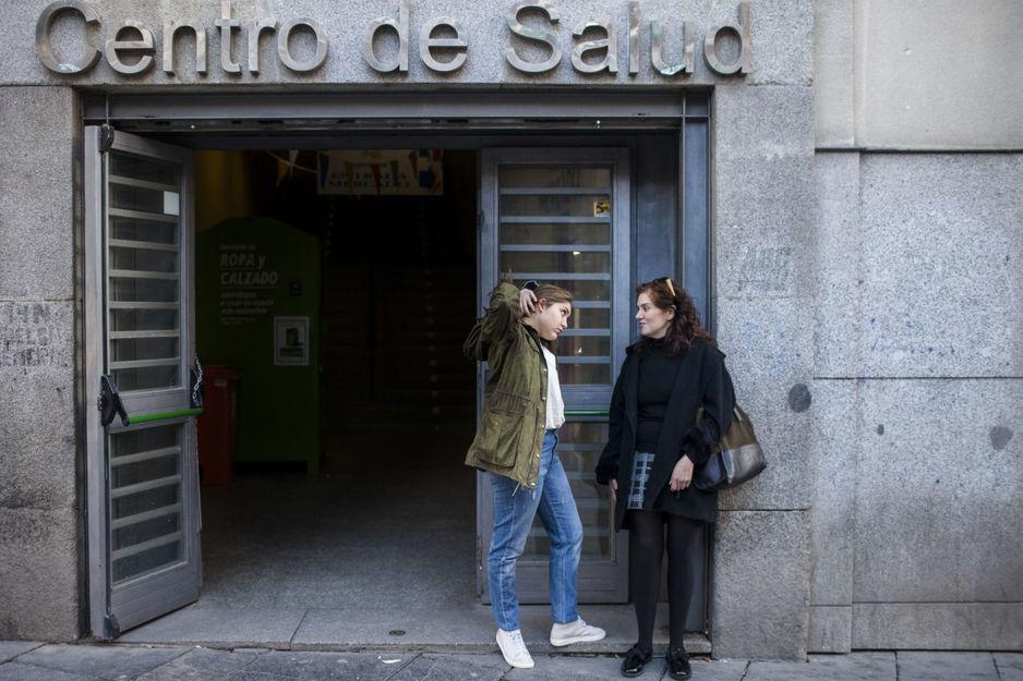 federica-y-adriana-en-la-puerta-de-un-centro-de-salud-madrileno-foto-santi-donaire