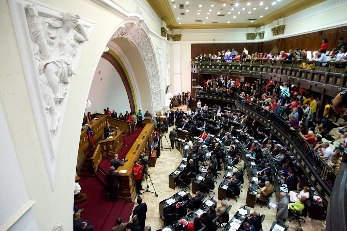 """CAR02. CARACAS (VENEZUELA), 05/01/2012.- Vista general de la Asamblea Nacional de Venezuela, la cual instaló el primer período de sesiones ordinarias de 2012 hoy, jueves 5 de enero de 2012, con la elección de una directiva oficialista y la promesa de apoyar las leyes que necesite el Gobierno de Hugo Chávez """"para la construcción del socialismo bolivariano"""". EFE/MIGUEL GUTIÉRREZ"""