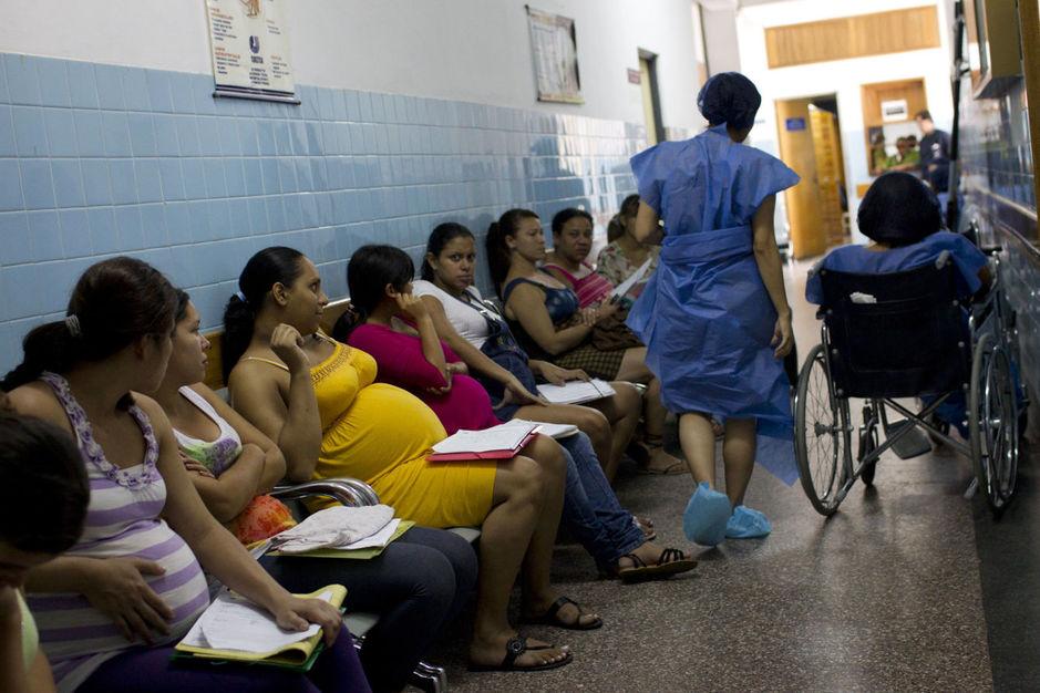 madres-esperan-a-ser-ingresadas-en-el-hospital-publico-santa-ana-en-caracas-reuters