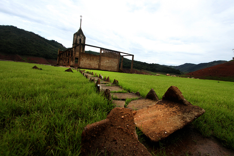 General view of the ruins of Potosi, a town inundated over 30 years ago when a hydroelectric plant was built in Tachira state in western Venezuela, pictured June 4, 2016. Due to the drought caused by the El NiÒo climate phenomenon, the ruins of Potosi, a village nestled in the Venezuelan Andes, reemerged after more than 30 years under water. / AFP PHOTO / GEORGE CASTELLANOS