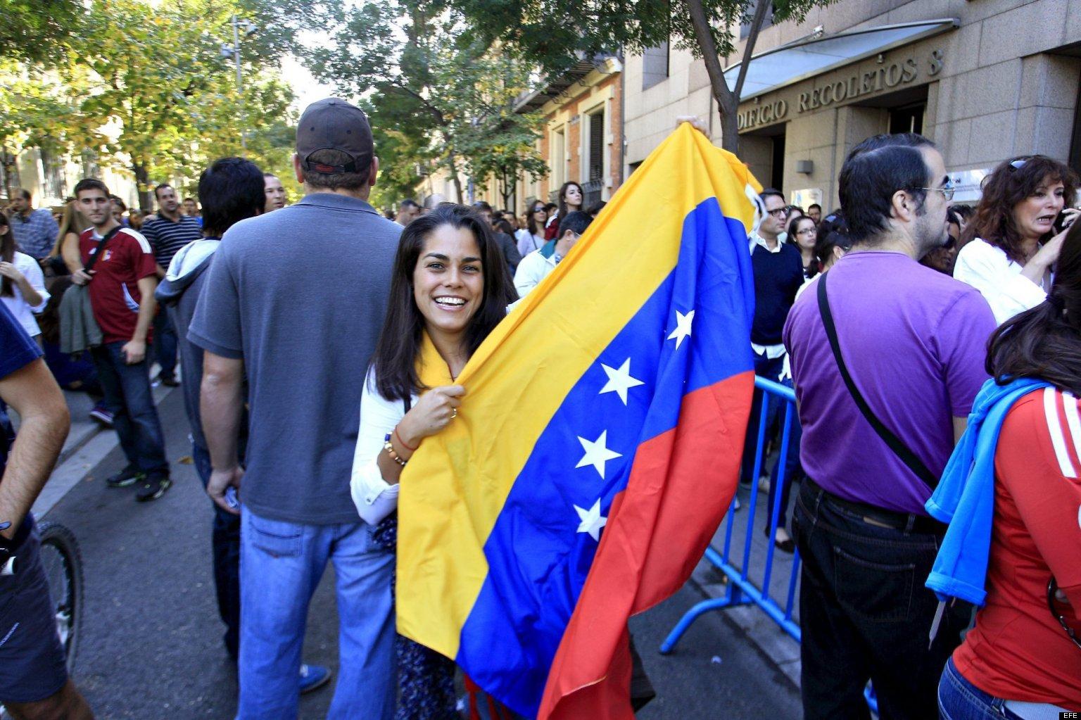 GRA110 MADRID, 07/10/2012.- Un joven venezolana espera para votar en las elecciones presidenciales de su país hoy en Madrid, una de las cinco ciudades donde se puede ejercer el voto, y que con 7.562 inscritos es el mayor centro electoral en España, los venezolanos abarrotaban la sede de la Secretaría General Iberoamericana (SEGIB), donde se han instalado las mesas de votación. EFE/Víctor Lerena