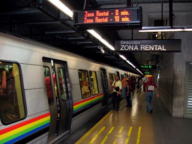 ciudad-estacion-metro-de-caracas-tren-gente