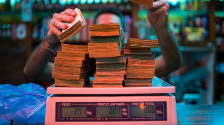 comerciante-billetes-caracas-foto-bloomberg_nacima20161206_0122_19